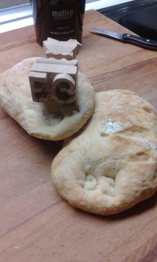 pane fatto in casa timbrato con le iniziali Emanuele e Giada