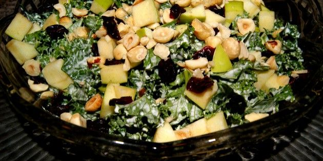Skøn grønkålssalat med sødmefulde æbletern, ristede hasselnødder og tørrede tranebær samt en herlig dressing.