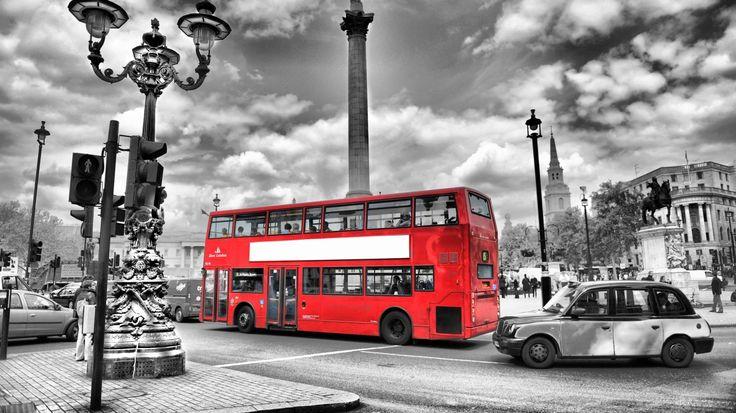 Скачать обои bus, street, черно-белый, дорога, Англия, Лондон, размытие, city, город, lights, огни, ночь, night, england, blur, black and white, london, улица, автобус, road, раздел город в разрешении 1366x768
