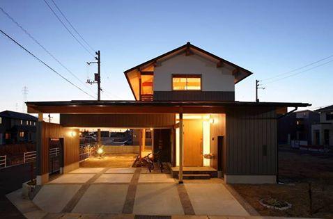 位於岡山的這個木造住家,是建築師 三宅和彦 的作品。屋主家中成員除了夫婦和女兒外,還有寶貝寵物,他們希望以天然材料來完成新家的建設。廚房、水廻空間,家事動線都是最短的距離,利用牆邊設置了長桌,可以一邊做家務一邊等待時閱讀,為了方便儲藏家中雜貨,建築師規劃了許多收納空間,包括戶外車庫上方的儲藏空間,讓都工具箱很方便被取用。 via ミヤケ設計事務所