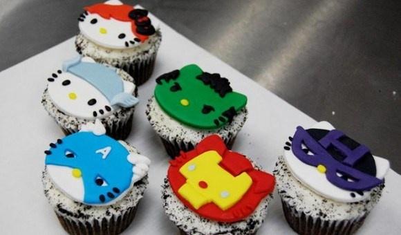 今度は映画『アベンジャーズ』とコラボしとるー! 働き者のキティさん、アメコミヒーローに扮してカップケーキになるの巻?