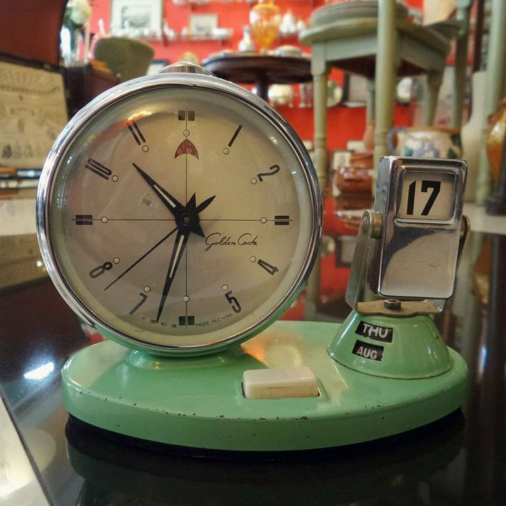 Un regalo realmente Vintage! Este bello reloj despertador de los años 50 color menta es una combinación de reloj con calendario, único en su clase. Encuentra #elregaloperfecto 🎁 piezas únicas con estilo aquí en 1920 V&N Antiques! 😉👌 Teléfono : 3032661