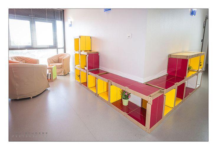#Bibliothèque framboise et jaune dans un espace détente de la #MaisondesParents de #Nantes - #mobilier #modulable et coloré !