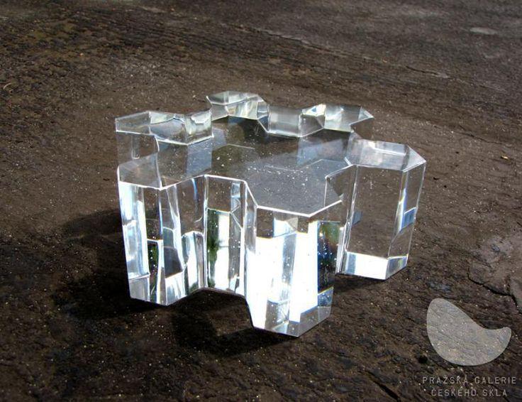 Plástev Pure, tavená skleněná plastika, ručně broušená a leštěná, váha 5 kg, výška 8 cm, průměr 21 cm, r. 2010, optické sklo