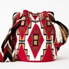 Las mujeres Wayuu son increíblemente talentosos en crochet hermosos diseños y patrones. Para los Wayuu, los patrones de ganchillo cuentan la historia de su cultura y forma de vida. Mujeres Wayuu se les enseña a tejer a una edad temprana.