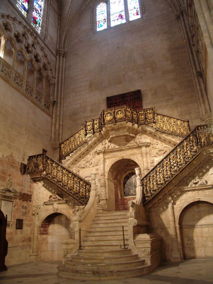Escalera dorada de la Catedral de Burgos. Diego de Siloé viaja a Nápoles hacia 1517 o 1518, proyecta la escalera dorada a su regreso a Castilla en 1519 y antes de viajar hacia Granada. Obra importante para percibir la introducción del Clasicismo renacentista en España.
