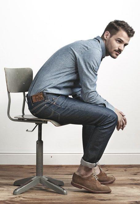 Comprar ropa de este look:  https://lookastic.es/moda-hombre/looks/camisa-de-manga-larga-de-cambray-azul-vaqueros-gris-oscuro-zapatos-derby-de-ante-marrones/422  — Camisa de Manga Larga de Cambray Azul  — Vaqueros Gris Oscuro  — Zapatos Derby de Ante Marrónes