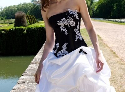Black-Wedding-dress-with-corset-back-behind-2.jpg (400×294)