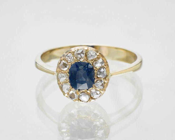 Pierścionek z szafirem i diamentami w eleganckiej formie.