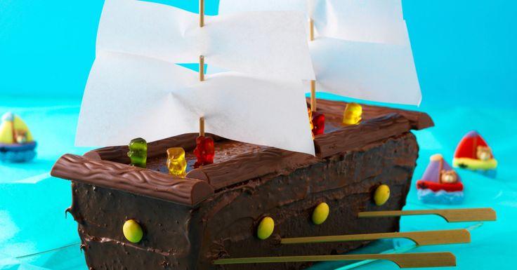 """Der passende Kuchen für abenteuerlustige Kids. """"Fluch der Karibik""""-Fans setzen das Schiff in ein wildes Meer aus zerkräuseltem, blauem Seidenpapier."""