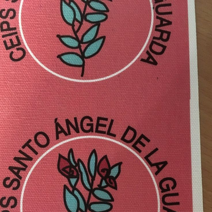 Adhesivo impreso en tela con logo escolar.