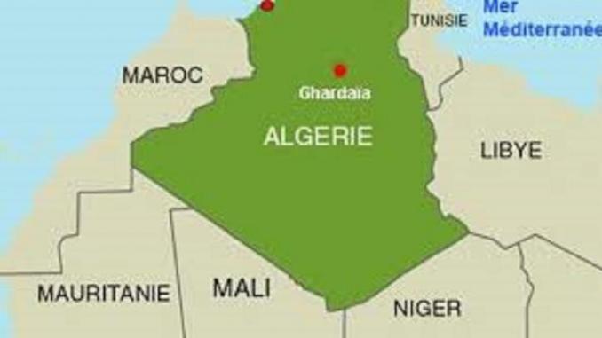 Algérie-Mauritanie: #contrairement à la #propagande #algérienne, la #frontière reste #fermée  http://www.farafinet.com/algerie-mauritanie-contrairement-a-la-propagande-algerienne-la-frontiere-reste-fermee/   Le nord-est de la #Mauritanie, aux confins frontaliers avec l'Algérie et le Mali, reste une zone militaire #fermée à la circulation civile, rappelle un communiqué de l'Etat-Major général des armées, rendu public samedi soir. Cette précision de l'a