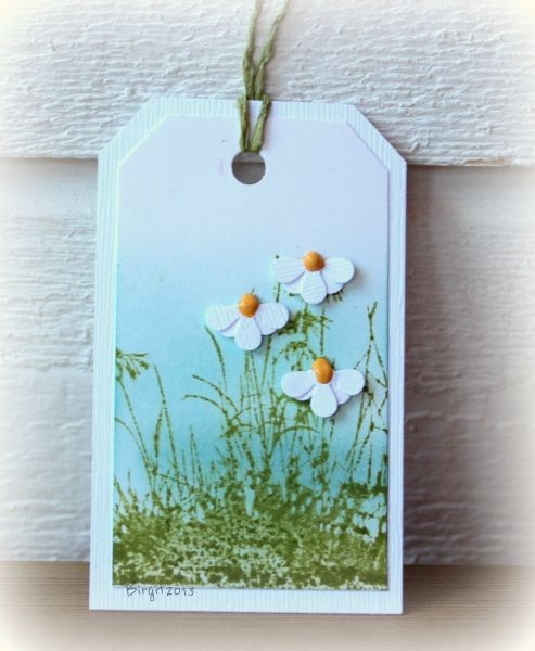Pretty daisy flower made with EK Success Retro Flower punch. Need to translate for English.