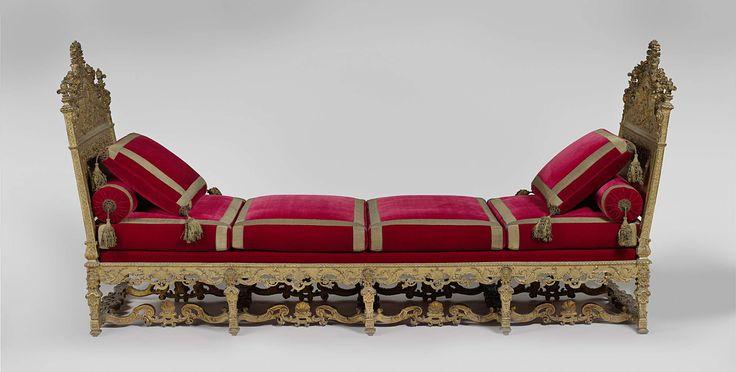 Rustbed van verguld en gebeeldhouwd hout met ondermeer C- en S-voluten, bladwerk, vlechtband, maskers, schelpen, rozetten en lelies, hoornen van overvloed, Franse lelies, anoniem, ca. 1700 - ca. 1710