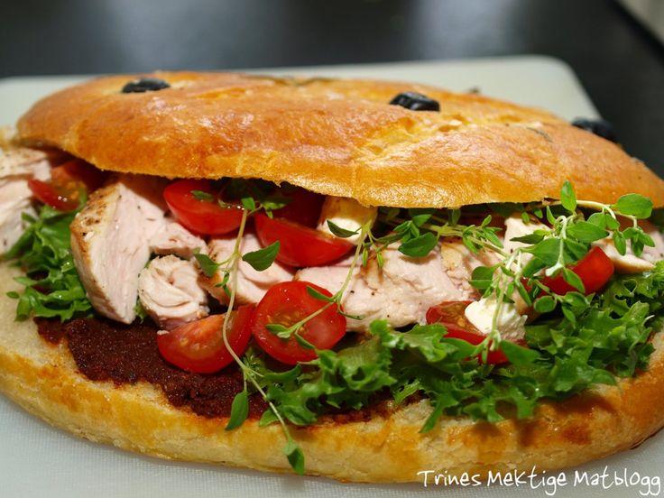 Fougasse fylt med kylling, bacon, salat, tomat, rød pesto og aioli