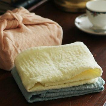 中川政七商店を代表する「花ふきん」は、布きんとしても、お弁当包みや出汁漉しとしても使える便利アイテム。奈良県の特産品である蚊帳生地を使っており、乾きが早く、使い込むほどに風合いが増していきます。 700円(税抜)