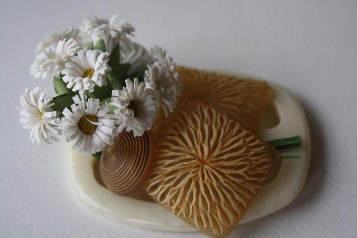 spilla realizzata da Anna Biscaglia con bottoni vintage e fiori di carta primavera '16