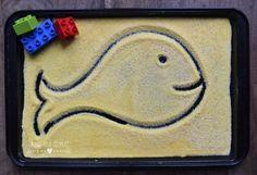 Come fare una semplice lavagna di sabbia per bambini con materiali di uso comune. Attività di ispirazione montessoriana per imparare a scrivere lettere e numeri.