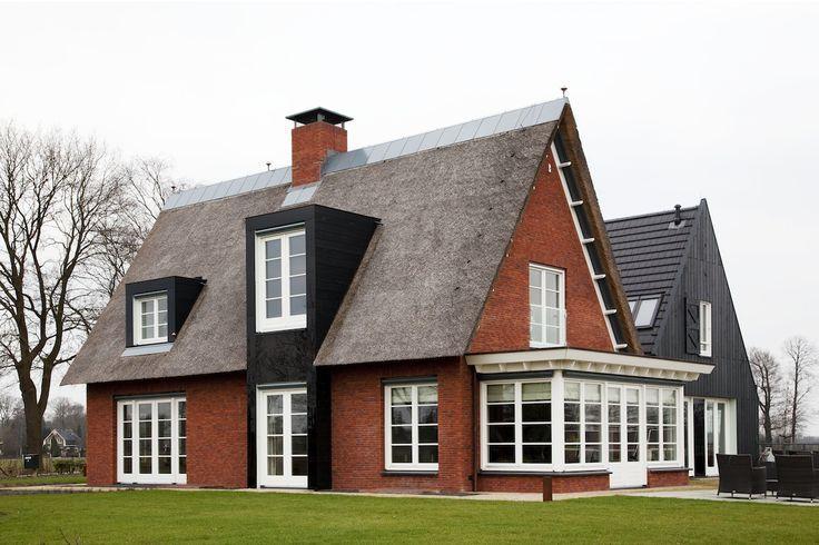Modern huis met rieten dak: