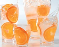 Hacer aguas saborizadas es muy fácil, simplemente remoja rodajas de las fruta que quieras e incluso puedes agregar un poco de la cáscara. Las frutas cítricas son ideales para estas bebidas refrescantes.