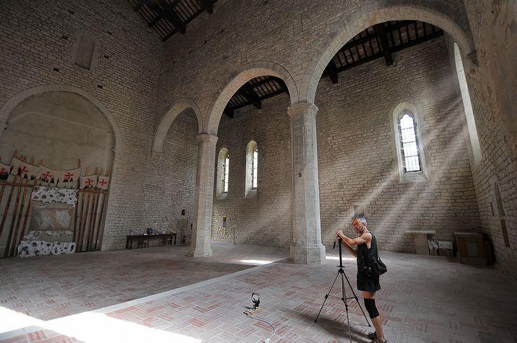 Sant'Emiliano in congiuntoli. Edificato in territorio della diocesi di Gubbio, al confine con la diocesi di Nocera Umbra, su una lingua di roccia alla confluenza del fiume Sentino con il torrente Rio Freddo, l'abbazia fu dedicata a uno dei martiri della Numidia,
