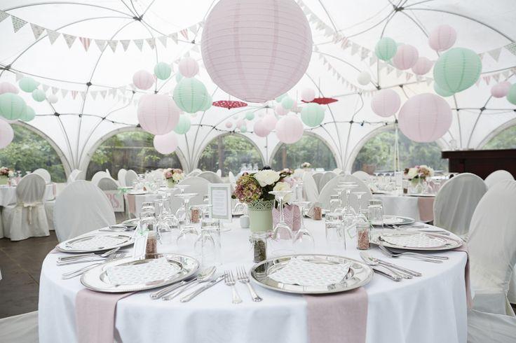 Mint green and pink wedding colour theme. Table setting, chinese paper lanterns, bunting, tent wedding.  Bryllup farvetema: Mintgrøn og lyserød, rispapirslamper, lanterner, guirlander, flagguirlander, borddækning, udendørsbryllup, bryllup i telt, festtelt