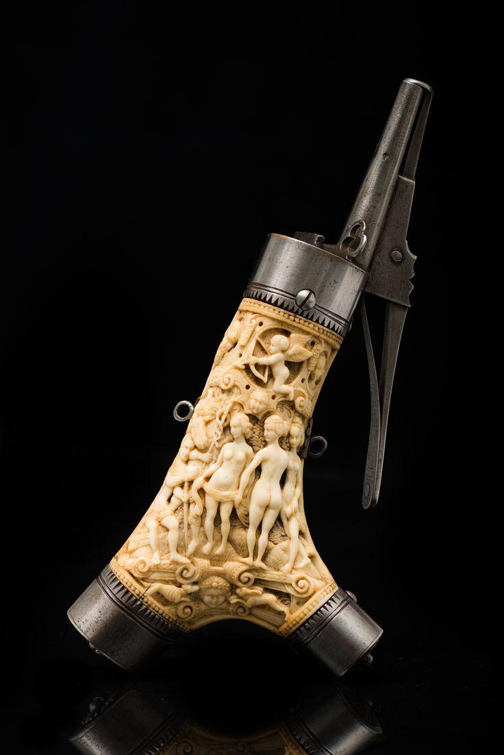 Пороховница. Священная Римская империя германской нации, Германия. 1550-1560-е гг. Рог, железо. Высота - 25, 3 см.
