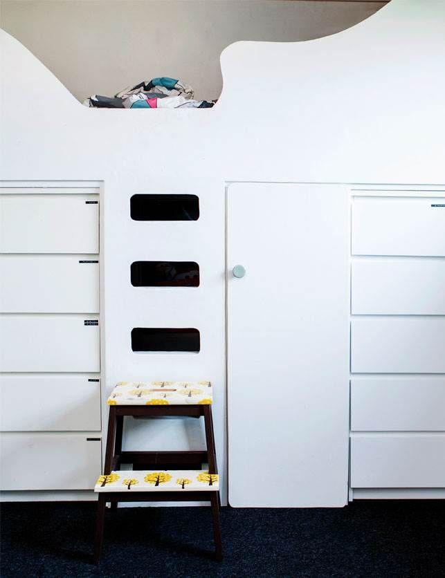 Det behøver ikke være svært at holde orden i legesagerne, tøjet og bøgerne – der skal bare de helt rigtige skabe, skuffer og reoler til! Vi har besøgt forskellige små hjem, der alle har personlige og praktiske opbevaringsløsninger.