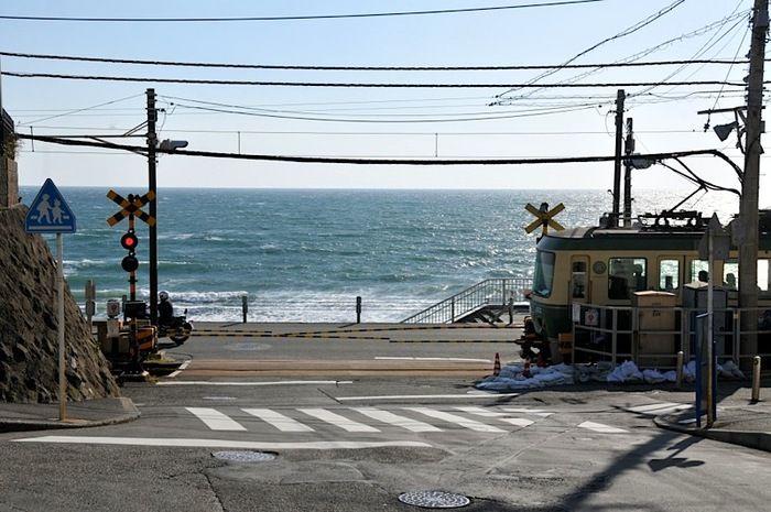 江ノ電は鎌倉が始発。途中、由比ガ浜を望みながら海岸線を走ります。
