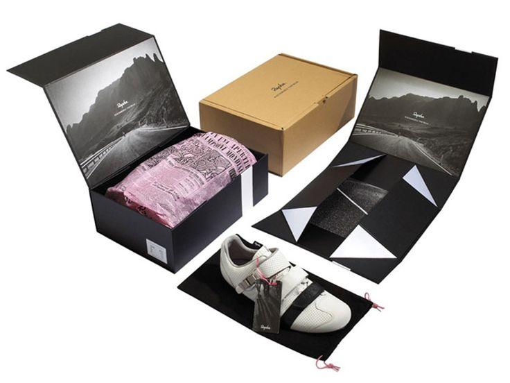 Progress Packaging иIrving & Co разработали конструкцию идизайн комбинированной упаковки дляобуви бренда Rapha. Упаковка состоит изнескольких элементов: транспортная самосборная коробка изгофрокартона, коробка изплоского картона, матерчатая сумка, упаковочная бумага. Если внешняя коробка изгофрокартона имеет стандартную конструкцию соткидной крышкой иоформлена печатью водин цвет, то внутренняя коробка изплоского картона имеет оригинальную конструкцию, изплоской заготовки…