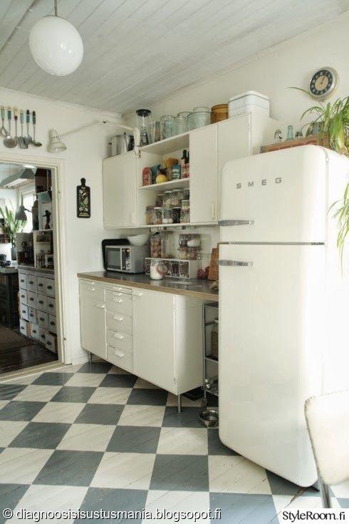 Dgsisustusmanian keittiössä on vahvaa retrotunnelmaa. #keittio #kitchen #ruutulattia #kodinsisustus