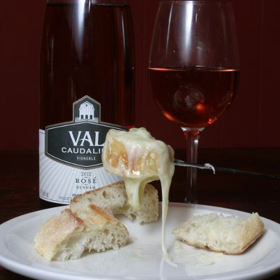 Rosé du Vignoble Val Caudalies accompagnant ici une fondue au fromage de la Fromagerie Nouvelle France avec de la fleur d'ail du Petit Mas http://createursdesaveurs.com/createur/val-caudalies-vignoble-et-cidrerie-2/