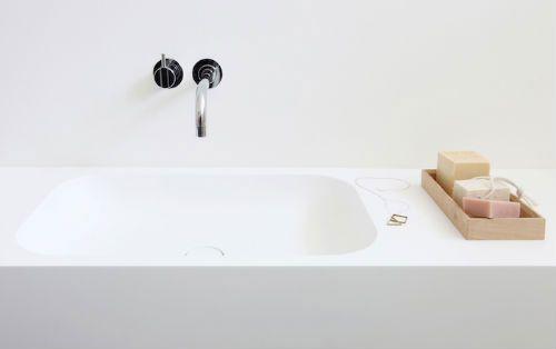 leuchtend-grau-weißes-bad-eckiges-waschbecken-notonlywhite-3-1.jpg 500×314 Pixel