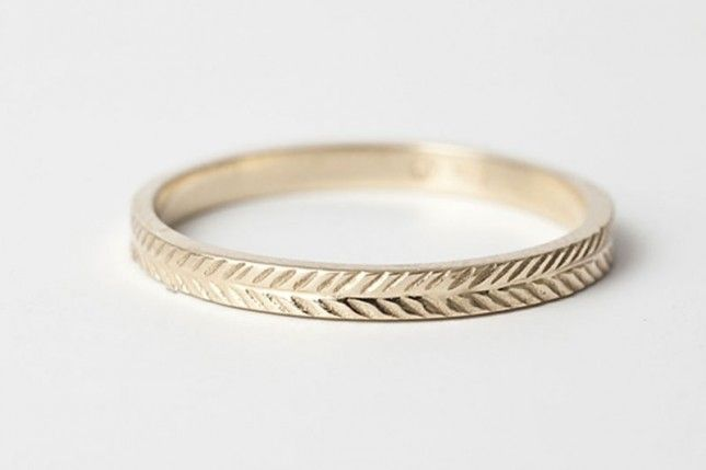 Love the wheat engraving pattern on this wedding band.