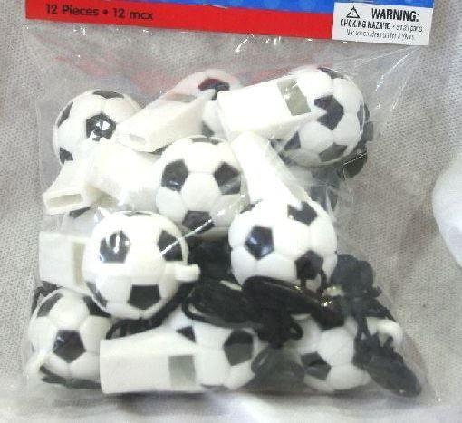 12 Fischietti a forma di palla da calcio con cordino. Gadget per festa a tema Calcio, premio e festa a tema Soccer e Compleanno. Disponibile da C&C Creations Store