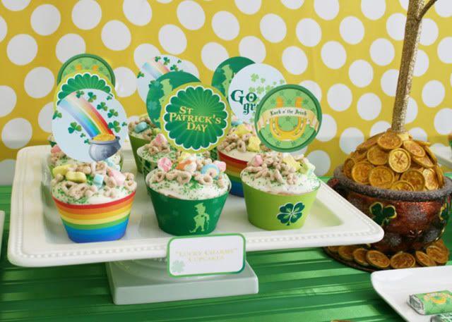 Cupcakes com arco íris e potinhos de ouro da festa irlandesa