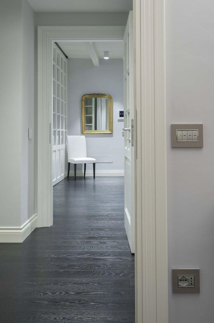 Vimar domotica By-me appartamento a Siena. Corridoio comandi e prese con la serie Eikon Evo Next e placca bronzo