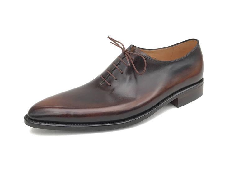 Ručně šité boty Wholecut Oxford jsou velmi oblíbeným typem Oxfordu. V černé barvě jsou formální a vhodné i do společnosti, v přírodních a veselých tónech jsou elegantní a hodí se na denní nošení i k ležérnějšímu oblečení.  Informace o ceně