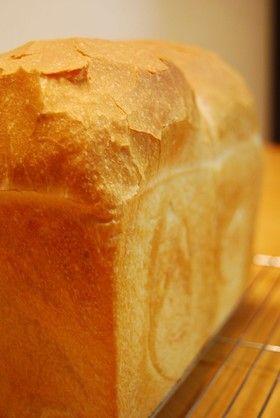 山食。/途中で水分計量がきちんとできなくなる。水分多かったのか少なかったのかわからないが、やわらかくて美味しいパン。オールパン焼き器で。