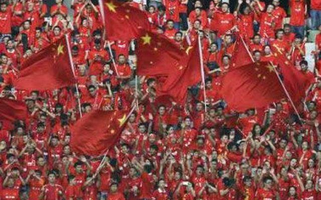 Perché i cinesi amano così tanto il calcio? Scopritelo in questo articolo di iLoby blog... Calcio e Cina: fino ai primi anni 2000 due argomenti totalmente disgiunti, apparentemente senza una via di incontro. Dall'Olimpiade di Pechino 2008 qualcosa è cambiato, a livello sociale, economico e #calcio #cina #olimpiadi #pelle #soldi