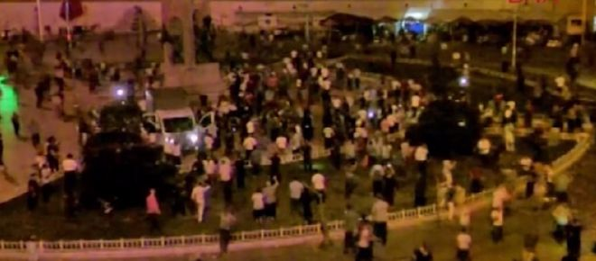 Taksim Meydanı'ndaki darbeciler gözaltına alındı Taksim Meydanı'nda bir grup darbeci asker, meydanı kapatarak sıkıyönetim ilan edildiğini söyledi. Cumhurbaşkanı Erdoğan'ın çağrısı üzerine sokağa çıkan halk ile vatandaşlar karşı karşıya geldi. Bunun üzerine darbeciler, vatandaşların üzerine ateş açtı. Daha sonra ise darbeci askerler emniyet güçlerinin yaptığı operasyonla gözaltına alındı.