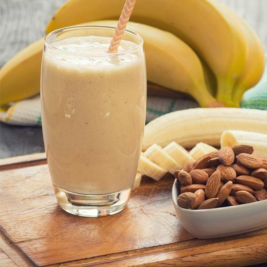 Smoothie protéiné | 1 banane 1 c. à soupe de graines de chia 10 amandes trempées une nuit dans de l'eau 4 dattes 1 verre d'eau Miel selon votre convenance