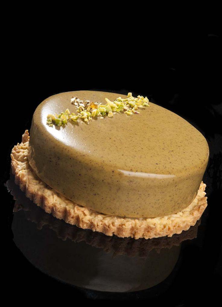 Credo che la ricetta di questa torta sia stata quella che più mi è stata richiesta, siete davvero stati in tanti. La passione per il pistacchio? La curiosità per la glassa verde? La morbidezza volu...