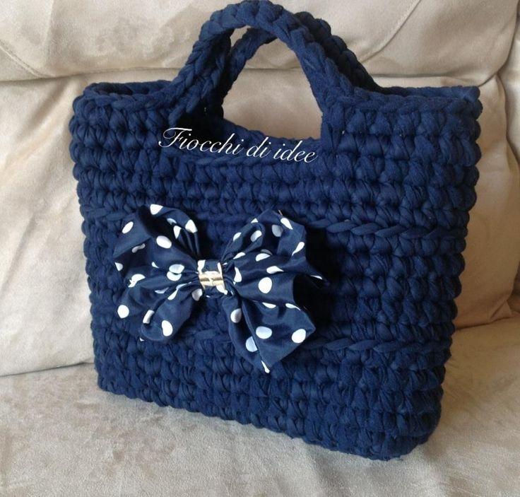 Borsa blu con fiocco a pois, realizzata a mano