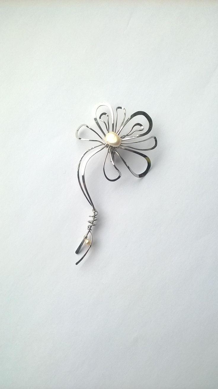 """Brož+B46PO+""""Sličný+kvítek+s+bílou+perlou""""+Autorský+šperk.+Originál,+který+existuje+pouze+vjednom+jediném+exempláři+z+romantické+edice+variací+na+květy.+Vyniká+svým+rozevlátým+prostorovým+tvarem,+vyváženou+kompozicí,+čistým+provedením+a+krásnou+bílou+perlou+ve+svém+středu.+Brož+je+vyrobena+ručně.+Tepaná,+ohýbaná,+tvarovaná+z+chirurgických+drátů+zdobená..."""