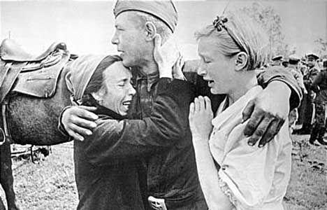 г.Карачев. 1943 год.  Солдат нашел сестер, спасшихся от смерти. Отца и мать фашисты расстреляли.  (Автор фотографии А.Шайхет).
