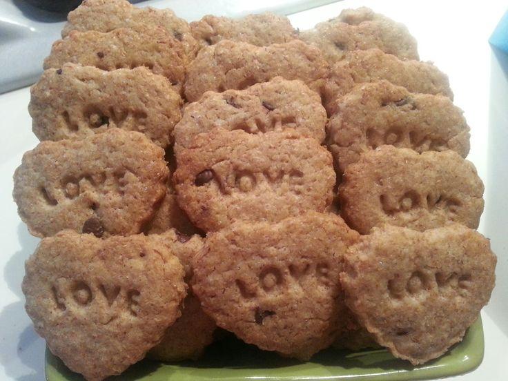Biscotti integrali una tentazione leggera  Ingredienti  150gr farina integrale  40gr zucchero di canna  40gr olio 50gr latte  Gocce di cioccolato  1 cucchiaio di lievito istantaneo per dolci