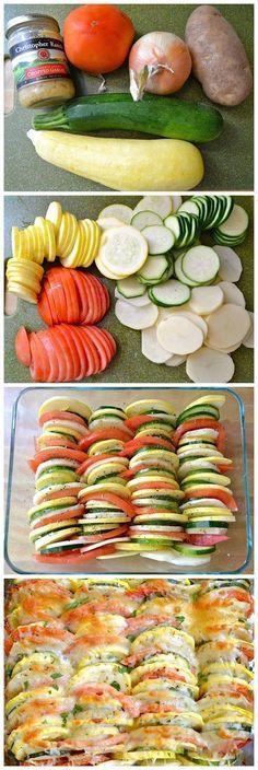 Batata, cebola, abóbora, abobrinha, tomate cortados e cobertos com tempero e queijo parmesão.