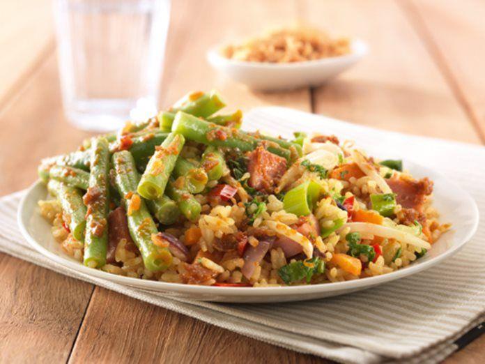 Witte rijst met sperziebonen en hamblokjes recept