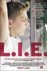 CINE(EDU)-826. L.I.E.: (Long Island expressway). Dir. Michael Cuesta. Drama. EEUU, 2001. A Autoestrada de Long Island (L.I.E.), serve como a metáfora desta reflexión sobre a adolescencia e a súa vulnerabilidade. Howie Blitzer, un rapaz de 15 anos membro dunha cuadrilla moi peculiar. A morte da súa nai (nun accidente na saída 52 de L.I.E.) e a indiferenza do seu pai, fanlle sentirse abandonado. http://kmelot.biblioteca.udc.es/record=b1377494~S1*gag…